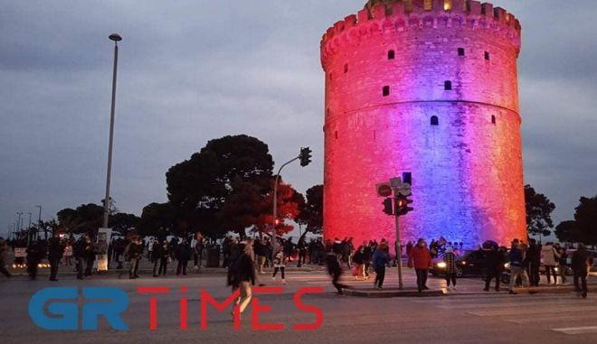 """Θεσσαλονίκη: Ο Λευκός Πύργος """"ντύθηκε"""" στα χρώματα της Αρμενίας"""