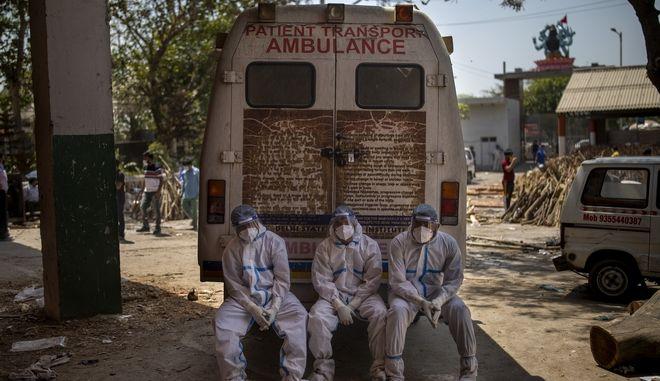 Εξουθενωμένοι υγειονομικοί στο Νέο Δελχί