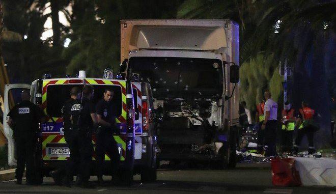 Νίκαια Γαλλίας: Η στιγμή που το φορτηγό περνά μέσα από το πλήθος