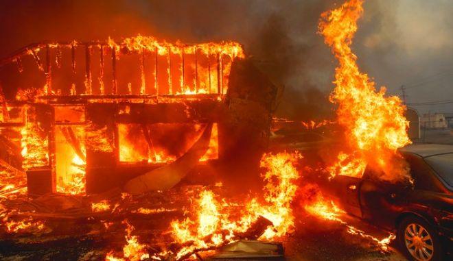 Στις φλόγες σπίτι και αυτοκίνητο