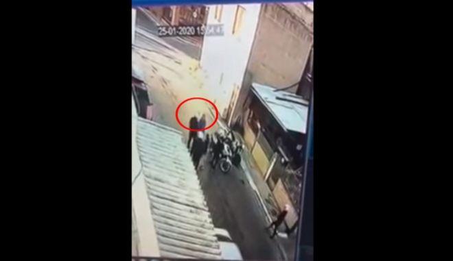 Βίντεο - ντοκουμέντο: Αστυνομικός της ομάδας ΔΙ.ΑΣ. χαστουκίζει 11χρονο στο Μενίδι
