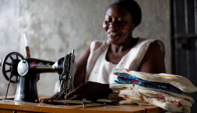 Mια ραπτομηχανή ανοίγει δρόμους για τις γυναίκες