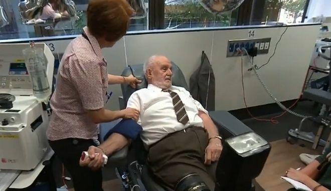 Έσωσε 2,4 εκατ. μωρά δίνοντας αίμα κάθε εβδομάδα για 60 χρόνια