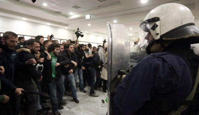 Επεισόδια στο ειρηνοδικείο Αθηνών,μεταξύ αστυνομίας και οργανώσεων ενάντια στους πλειστηριασμούς,Τετάρτη 29 Νοεμβρίου 2017 (EUROKINISSI/Σωτήρης Δημητρόπουλος)
