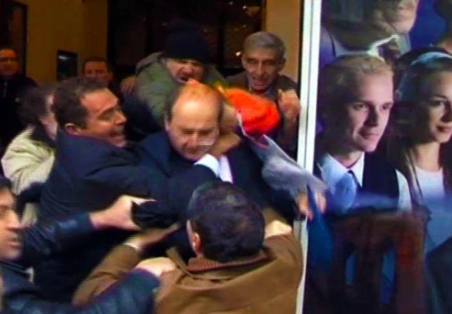 Ο Κωστής Χατζηδάκης, κέντρο δεξιά, πρώην υπουργός ανάπτυξης με την προηγούμενη κυβέρνηση, δέχεται επίθεση από διαδηλωτές κατά την διάρκεια διαμαρτυριών στην Αθήνα σε αυτήν την εικόνα που λήφθηκε από φιλμ του Associated Press Televison News, Τετάρτη 15 Δεκεμβρίου 2010. Διαδηλωτές συγκρούστηκαν με την αστυνομία σε όλη την Αθήνα την Τετάρτη, πυρπολώντας αυτοκίνητα, πετώντας βόμβες μολότοφ και κάνοντας τους αγοραστές των Χριστουγέννων να τρέχουν πανικόβλητοι κατά την διάρκεια μιας γενικής απεργίας κατά των τελευταίων μέτρων λιτότητας της κυβέρνησης. Το άτομο που κρατά τον Χατζηδάκη αριστερά είναι σωματοφύλακας. (AP Photo/Associated Press Television News)  TV OUT