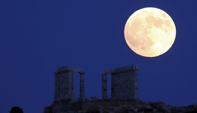 Πανσέληνος στον αρχαίο ναό του Ποσειδώνα