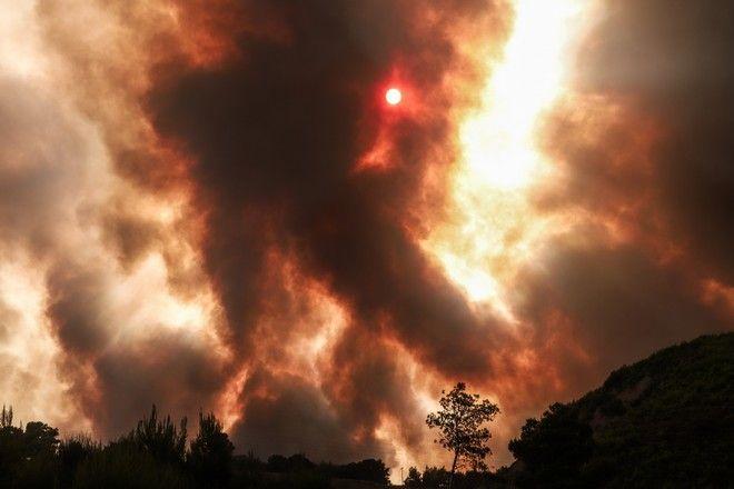 Αναζωπύρωση της πυρκαγιάς στην Βαρυμπόμπη- Στιγμιότυπο από την Δροσοπηγή