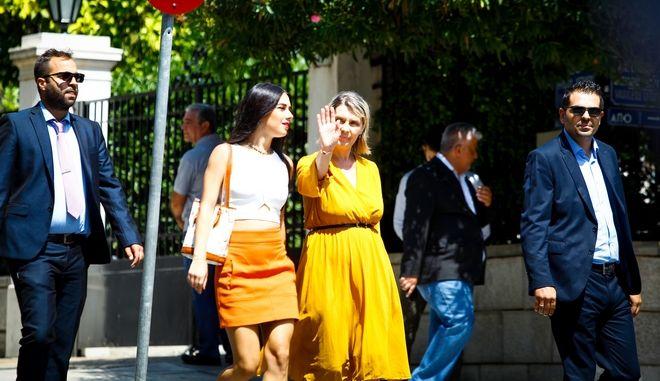Η Κατερίνα Παπακώστα και η κόρη της έξω από το Προεδρικό Μέγαρο