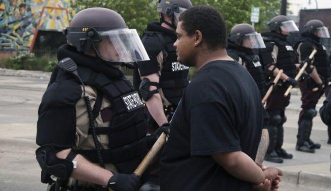 Στιγμιότυπο από τις διαδηλώσεις στη Μινεάπολη μετά τη δολοφονία του Τζορτζ Φλόιντ (AP Photo/Jim Mone)