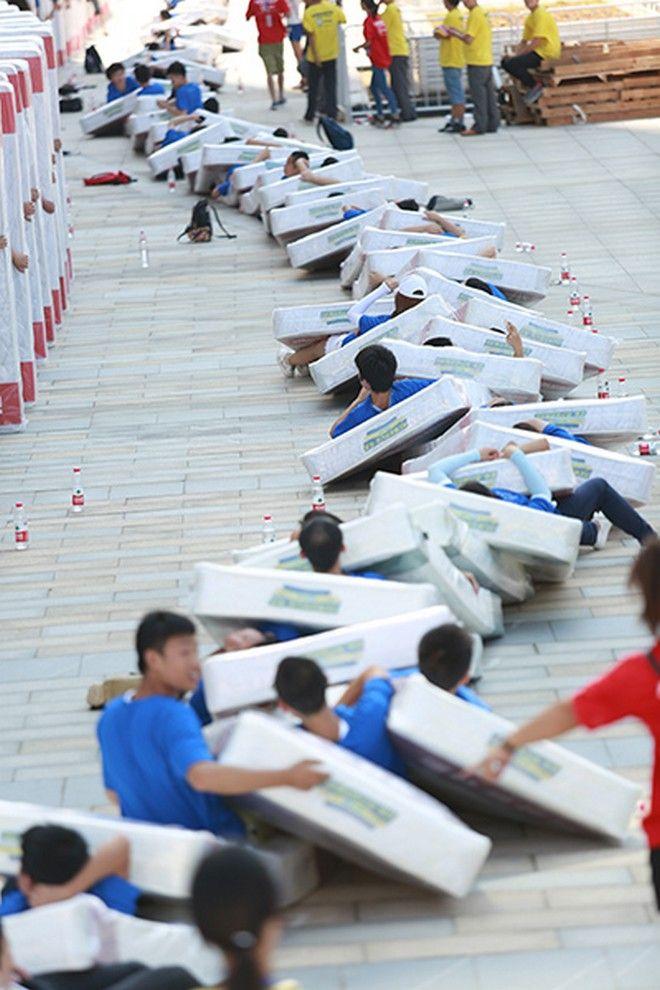 Στην Κίνα το ρεκόρ Γκίνες για το πιο μακρύ Ντόμινο ανθρώπων στον κόσμο