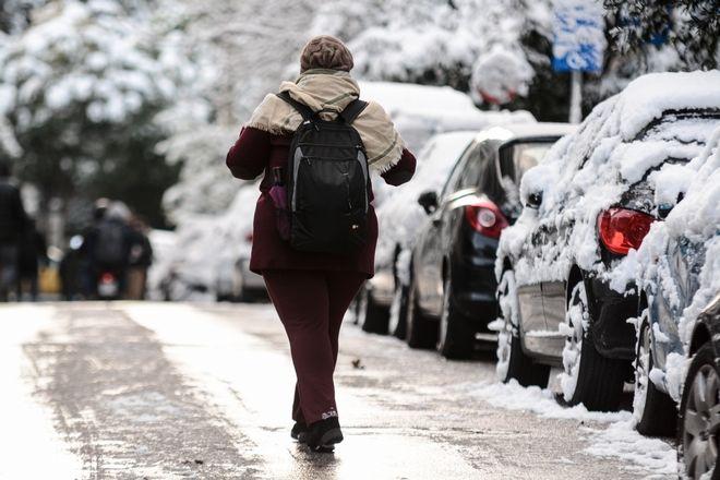 Χιόνι στην Αθήνα, στιγμιότυπα από τους Αμπελόκηπους.