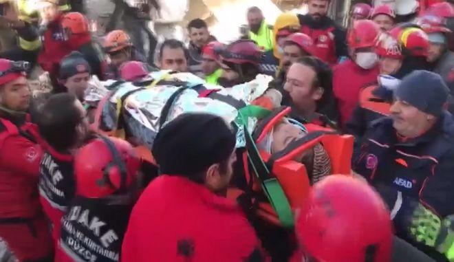 Σεισμός στην Τουρκία: Δραματική διάσωση γυναίκας 17 ώρες μετά