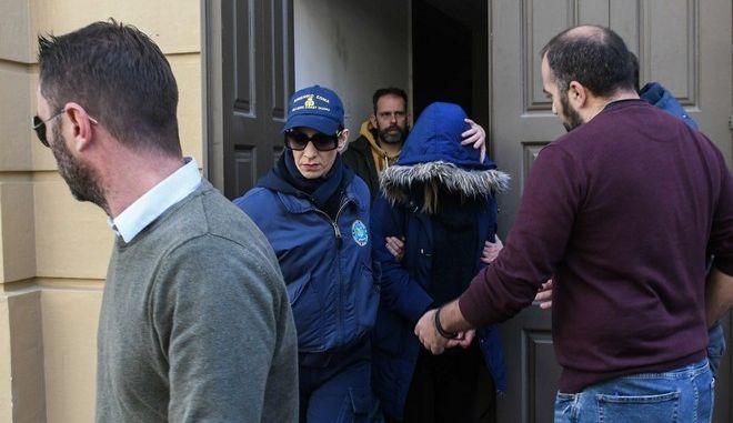 Η 27χρονη συνοδεία αστυνομικών κατα την έξοδό της από το δικαστικό μέγαρο της Πάτρας