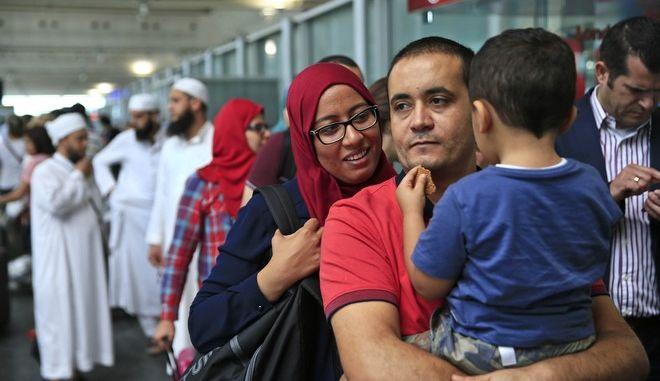 Επιβάτες περιμένουν στο αεροδρόμιο της Κωνσταντινούπολης