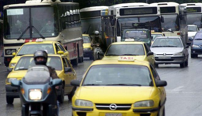 Φωτό αρχείου: Ταξί και λεωφορεία στο κέντρο της Αθήνας