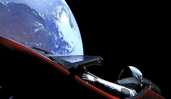 Το Tesla Roadster του Έλον Μασκ βολτάρει στο διάστημα