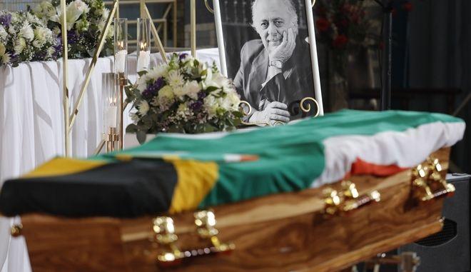 Το φέρετρο είναι ντυμένο με σημαία της Νότιας Αφρικής στην επίσημη κηδεία του Γιώργου Μπίζου, στο Ελληνικό Πολιτιστικό Κέντρο στο Γιοχάνεσμπουργκ της Νότιας Αφρικής, 17 Σεπτεμβρίου 2020. Ο Μπίζος, ακτιβιστής για τα ανθρώπινα δικαιώματα και δικηγόρος του Νέλσον Μαντέλα, απεβίωσε σε ηλικία 92 ετών.