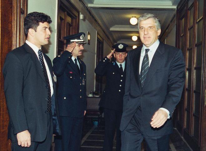 Κατά την είσοδό του στην αίθουσα του Υπουργικού Συμβουλίου ως Υπουργός Εθνικής Άμυνας το 2001