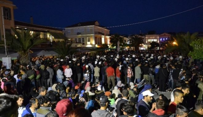 Λέσβος: Ακροδεξιοί επιτέθηκαν σε πρόσφυγες-Βίαιη μεταφορά τους στη Μόρια