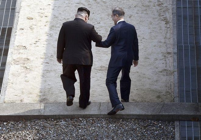 Κιμ γιονγκ Ουν και Μουν Τζε Ιν περπατούν μαζί σε βορειοκορεατικό έδαφος