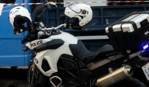 Αστυνομία στην οδού Προκοπίου Κατσαντώνη 10 στον Νέο Κόσμο, όπου γυναίκα έπεσε με το παιδί της από τον 5ο όροφο πολυκατοικίας