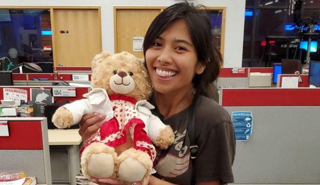 Η Mara Soriano ξανά με το αρκουδάκι της