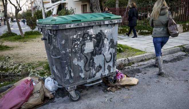 Ο κάδος σκουπιδιών όπου βρέθηκε νεκρό, τυλιγμένο σε σεντόνια, νεογέννητο βρέφος στην Πετρούπολη, το μεσημέρι της Δευτέρας 26 Φεβρουαρίου 2018. Το νεογέννητο βρήκε ένας ρακοσυλλέκτης την ώρα που έψαχνε στα σκουπίδια και ειδοποίησε τις Αρχές. (EUROKINISSI/ΓΙΑΝΝΗΣ ΠΑΝΑΓΟΠΟΥΛΟΣ)