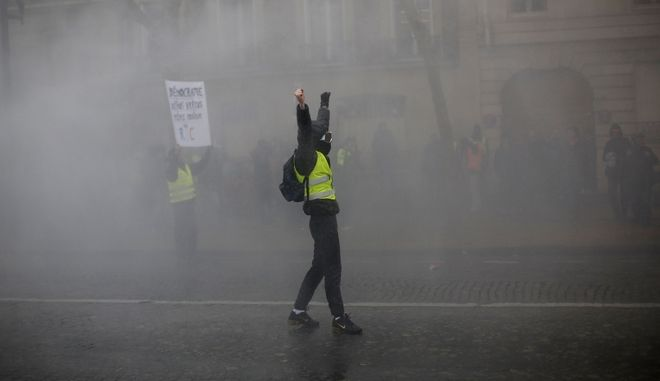"""Στιγμιότυπο από τα επεισόδια στο Παρίσι στο 10ο Σαββατοκύριακο κινητοποιήσεων των """"κίτρινων γιλέκων"""""""