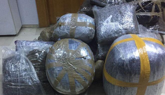 Συνελήφθησαν στα ελληνοαλβανικά σύνορα να μεταφέρουν 190 κιλά κάνναβης