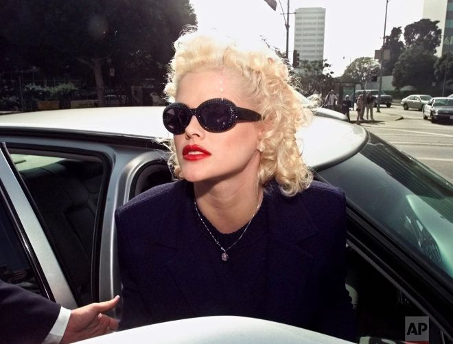Actress and Playboy Playmate Anna Nicole Smith arrives at a federal courthouse in Los Angeles, Wednesday, Oct. 27, 1999. (AP Photo/Nick Ut)