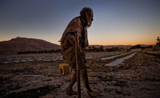10 απίστευτα καρέ: Ζει 60 χρόνια χωρίς να έχει πλυθεί