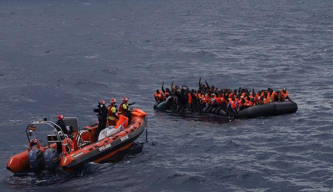 Πρόσφυγες και μετανάστες περιμένουν να σωθούν από μέλη ΜΚΟ