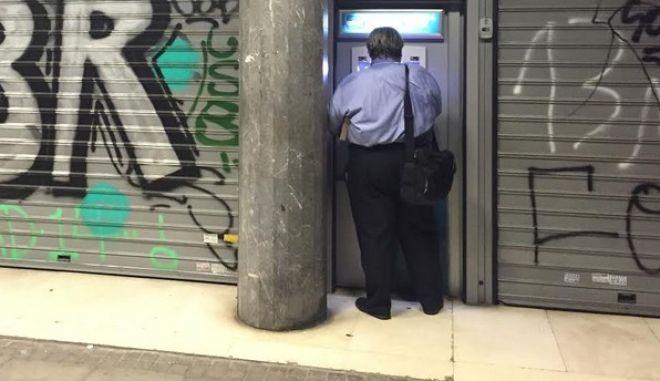 Πόσα χρήματα έκαναν 'φτερά' από τις ελληνικές τράπεζες