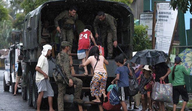 Κάτοικοι εγκαταλείπουν τα σπίτια τους στις Φιλιππίνες εν όψει του τυφώνα Καμούρι