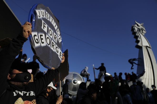Δικαιοσύνη για τον Τζόρτζ Φλόιντ - Μαίνεται η οργή στις ΗΠΑ για τη βίαιη δολοφονία