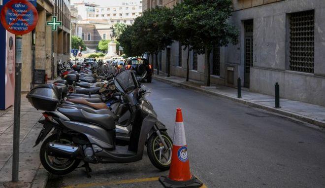 Παρκαρισμένες μοτοσυκλέτες στο κέντρο της Αθήνας