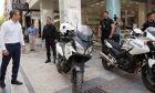 Ο Κυριάκος Μητσοτάκης συνομιλεί με αστυνομικούς στην Ερμού