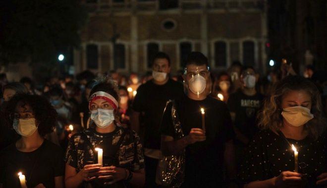 Διαδηλωτές τιμούν τους νεκρούς της έκρηξης στη Βηρυτό
