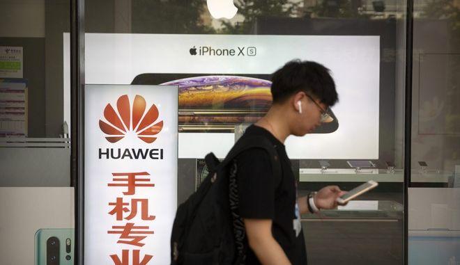 Αναλυτές εκτιμούν ότι το μερίδιο αγοράς της Huawei ενδέχεται να μειωθεί στο μισό ως του χρόνου αν δεν αρθούν οι κυρώσεις των ΗΠΑ σε βάρος της εταιρείας της Κίνας.