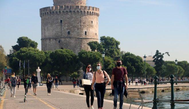 Κόσμος με μάσκες στην Παραλία Θεσσαλονίκης