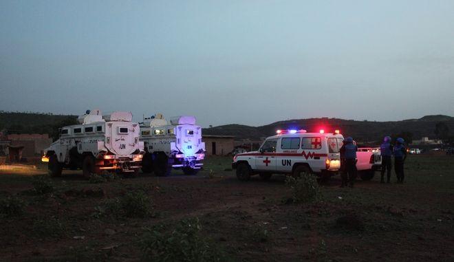 Οχήματα του ΟΗΕ και ασθενοφόρα έξω από το τουριστικό θέρετρο Campement Kangaba στο Μάλι