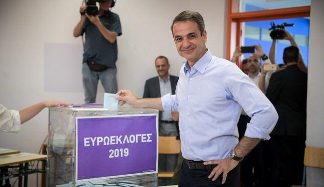 Ο πρόεδρος της ΝΔ, Κ. Μητσοτάκης, κατά την άσκηση του εκλογικού του δικαιώματος