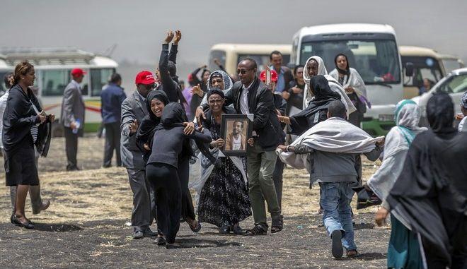 Συγγενείς θύματος της συντριβής του Boeing στο σημείο που έπεσε το αεροπλάνο της Ethiopian Airlines