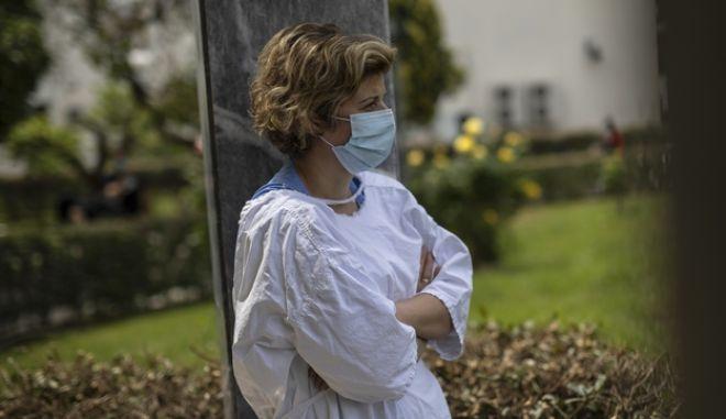 Νοσοκόμα στο προαύλιο του νοσοκομείου Νίκαιας