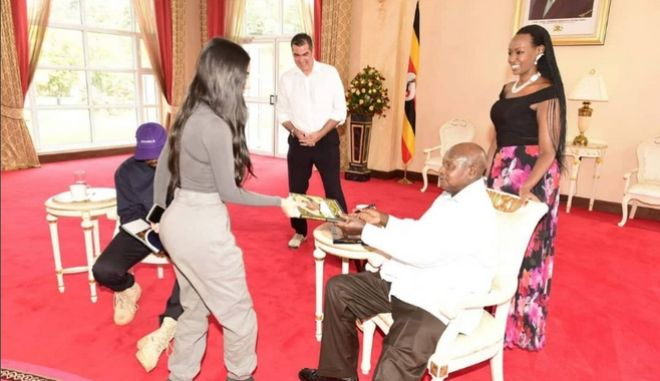 Κιμ Καρντάσιαν και Κάνιε Γουέστ με τον πρόεδρο της Ουγκάντας