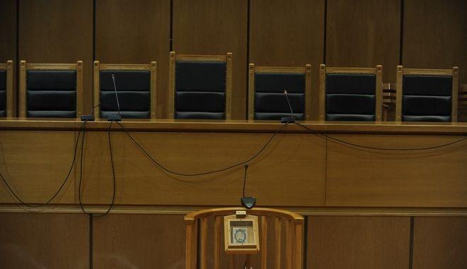 """Η αίθουσα του Εφετείου αθηνών όπου διεξάγεται η δίκη της """"Χρυσής Αυγής, πριν την έναρξη της διαδικασίας την Τρίτη 7 Μαρτίου 2017. (EUROKINISSI/ΤΑΤΙΑΝΑ ΜΠΟΛΑΡΗ)"""