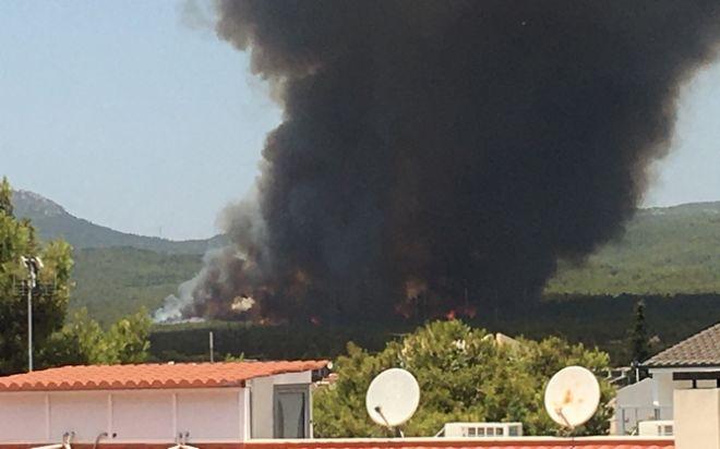 Εκτός ελέγχου η φωτιά στη Βαρυμπόμπη: Εκκενώνονται σπίτια