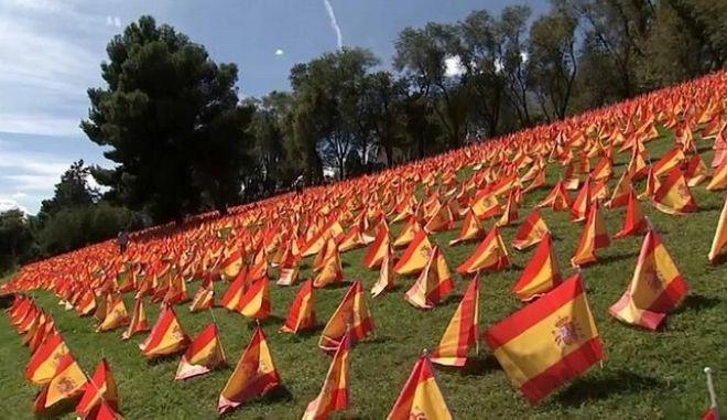 Πάνω από 50.000 ισπανικές σημαίες μικρού μεγέθους τοποθετήθηκαν στο πάρκο Ρόμα, με σκοπό να τιμηθεί η μνήμη των θυμάτων της covid-19.