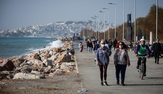 Η θερμοκρασία νίκησε το lockdown - Βόλτα και βουτιές στις παραλίες της Αττικής