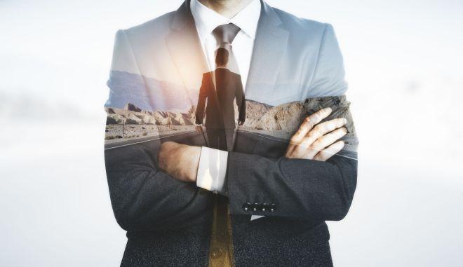 Νέος επιχειρηματίας που σκέφτεται τρόπους επιτυχίας.